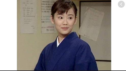 日本で一番有名で実力のある熟女系AV女優の北条麻紀さんの登場です。和服、着物を着て、いつもとは一味違った感じ。乱交をしてくれます。途中で炸裂するWフェラは圧巻ですね。2個のチンコを交互に、しゃぶったり、手コキしたりして、画面越しからもその気持ちよさヘブン度具合は伝わってきます。こんな綺麗で可愛い熟女と乱交セックスしたいと思わせる動画です。熟女が嫌だ、熟女ってなんか、、、っていう、熟女食わず嫌いのあなた!今こそ、新たなジャンルを開拓する為に、その扉を開いていきましょうよ!!!是非、北条麻紀さんの熟女世界にどうぞ!